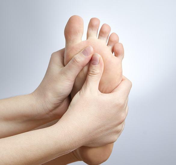 Çatlak topuklar: ne tedavi edilir ve nasıl uyarılırlar